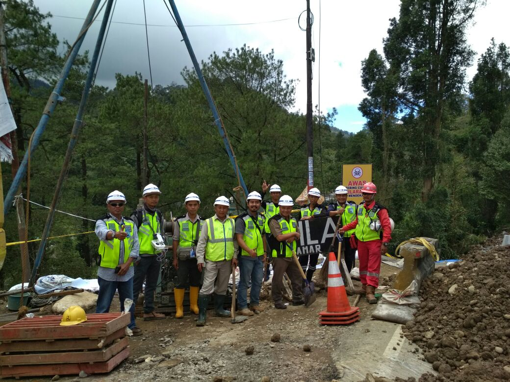 WIKA Helps Landslide Evacuation at Puncak, Bogor